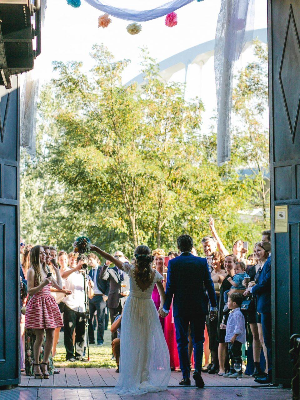 salida de los recien casados en el El Museo Nacional de la Energía de Ponferrada