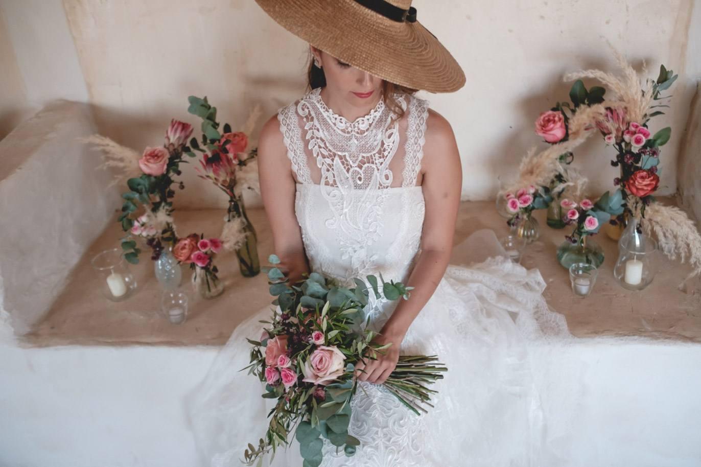 novia con ramo esperando para su boda en menorca