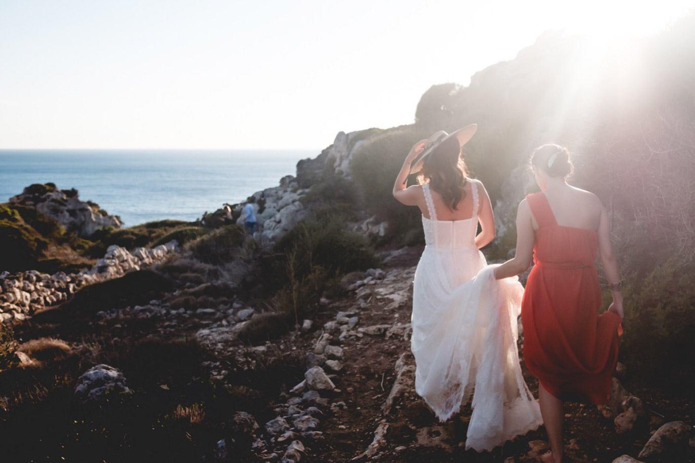 novia llegando a la ceremonia de boda en menorca