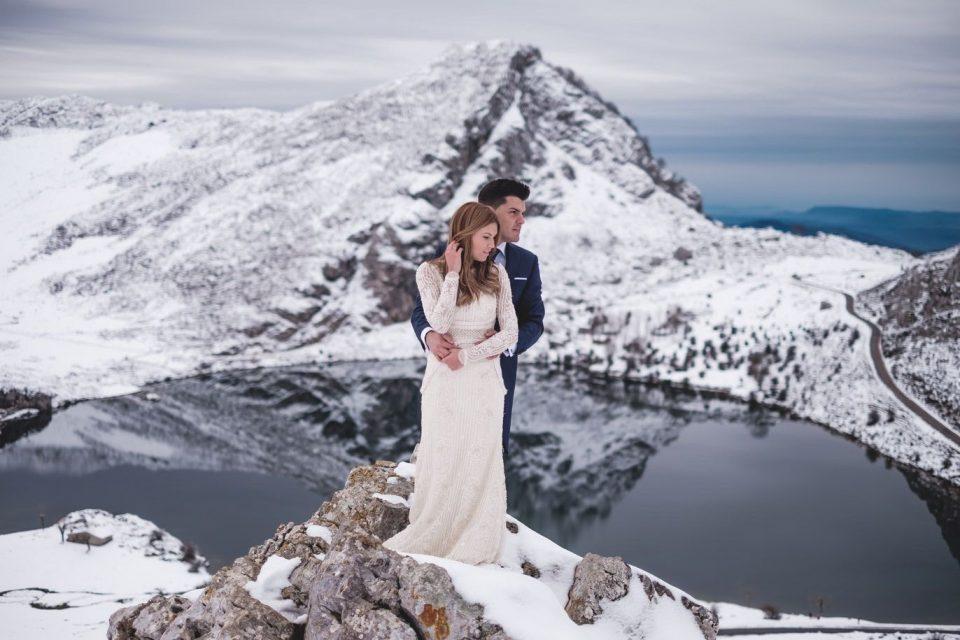 portraits bride and groom winter wedding Asturias